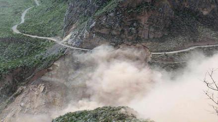 Derrumbe de cerro casi sepulta a tres trabajadores en La Unión