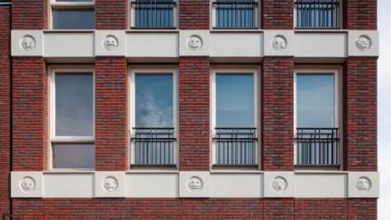 Construyen un edificio decorado con emojis
