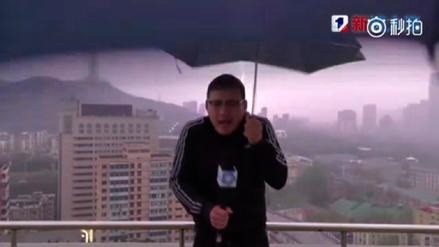 Reportero es alcanzado por un rayo cuando daba el reporte del clima