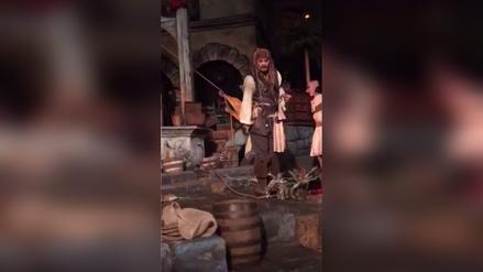 Johnny Depp se disfraza de Jack Sparrow en Disneyland