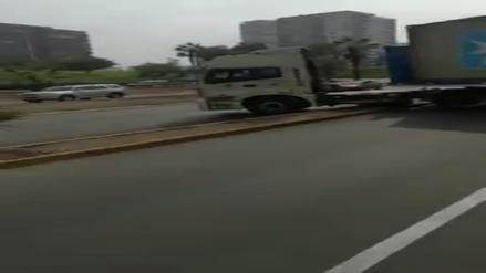 Un trailer dobló imprudentemente en U en la bajada Armendáriz