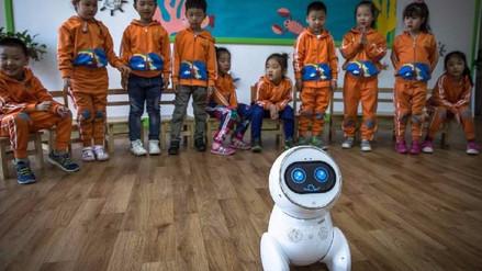 En China, los robots ya cuidan al ser humano, desde su infancia a la vejez
