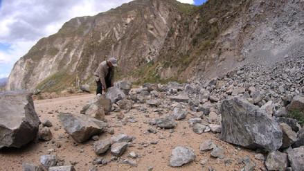 Sismos en Caylloma ocasionaron derrumbes en carreteras