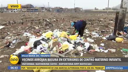 Vecinos arrojan basura en los exteriores del Centro Materno Infantil en VMT