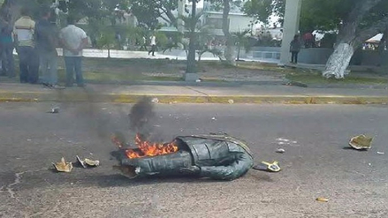 Videos | Manifestantes destruyeron una estatua de Hugo Chávez en Venezuela