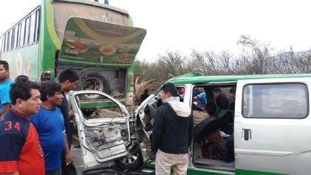 Virú: choque entre minivan y ómnibus dejó cuatro muertos