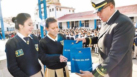 """Entregan ejemplares de """"El Libro del Mar"""" de Bolivia en un colegio de Chile"""
