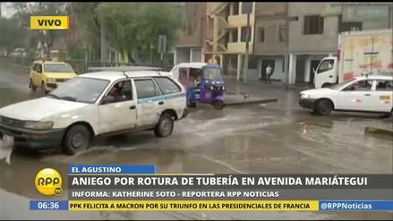 Un aniego por rotura de tubería dificulta el tránsito en El Agustino