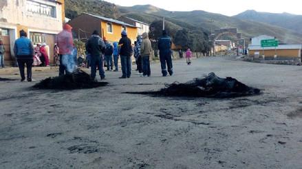 Pobladores acatan paro con bloqueo de vías en Sibayo y Caylloma