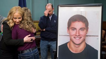 EE.UU. acusa a 18 universitarios por la muerte de un joven tras un ritual de iniciación