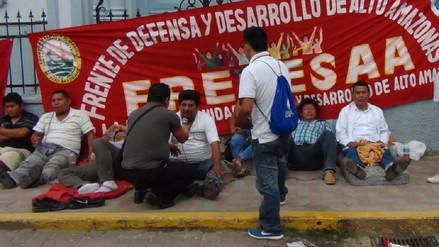 Dirigentes se encadenan a iglesia en apoyo a estudiantes en huelga