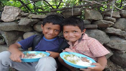 Niños que viven en albergue de Shita Alta reciben alimentos de Qali Warma