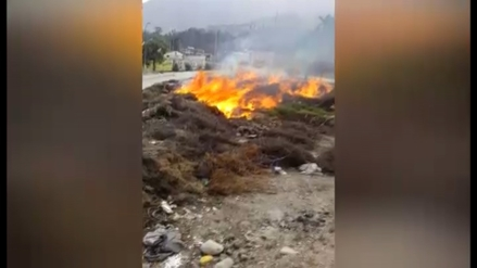 Reportan constante quema de basura frente a un grifo en Chosica