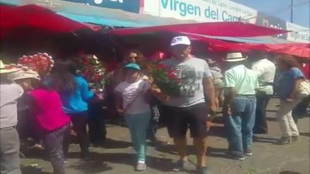 Con músicos y cervezas celebran el Día de la Madre en el cementerio La Apacheta