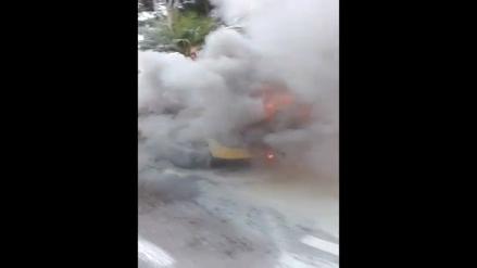 Surco: Incendio de auto alarmó a conductores