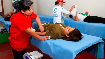 Universitarios donan sangre en campaña promovida por EsSalud
