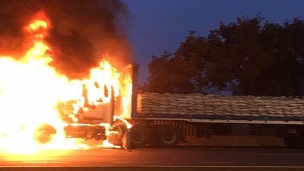 Video | Un tráiler se incendió en la autopista Ramiro Prialé