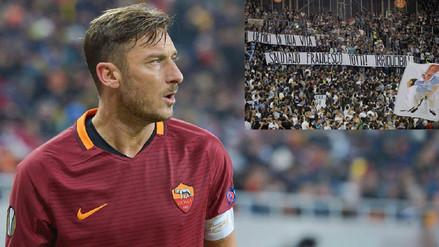 Hinchada de Lazio rindió un homenaje a su 'enemigo' Francesco Totti