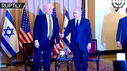 El momento en que Donald Trump se niega a darle la mano a Benjamín Netanyahu