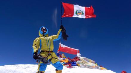 Montañista hizo historia y flameó la bandera peruana en la cima del Everest