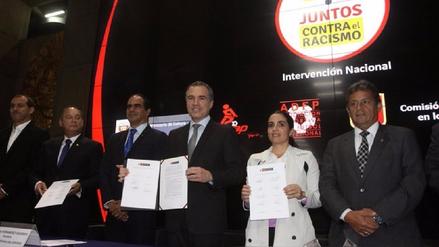 Autoridades deportivas y del Gobierno firman un pacto contra el racismo en el fútbol