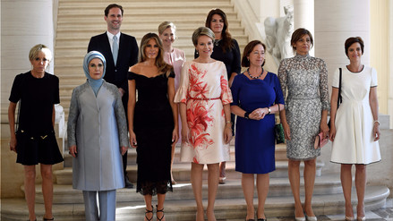 La historia del primer hombre que posa junto a las esposas de los líderes de OTAN