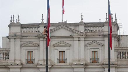 Un hombre protestó desnudo frente al Palacio de Gobierno de Chile