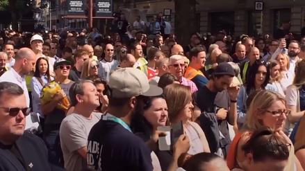 Rinden homenaje a víctimas del atentando en Manchester cantando un tema de Oasis