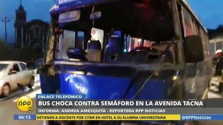 Una cúster derribó un semáforo, un poste y un muro de la avenida Tacna
