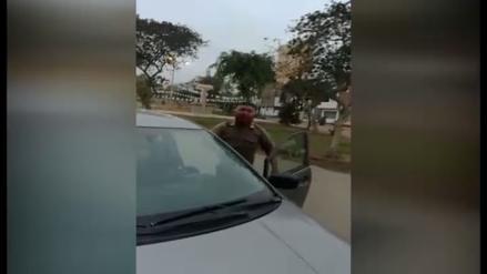 Vídeo: Policía responde de manera grosera tras estacionarse frente a casa de vecino