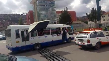 Estudiantes universitarios retienen más de 30 buses por alza de pasajes