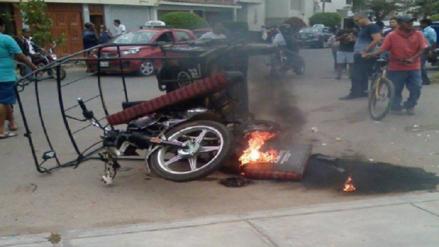 Vecinos de urbanización queman mototaxi que era utilizada para robos