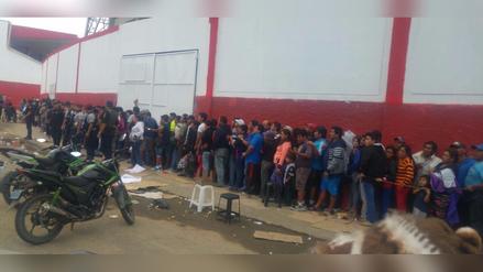 Hinchas duermen en la calle por entradas para el Perú vs. Paraguay
