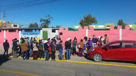 Padres realizan plantón de protesta en colegio donde falleció menor