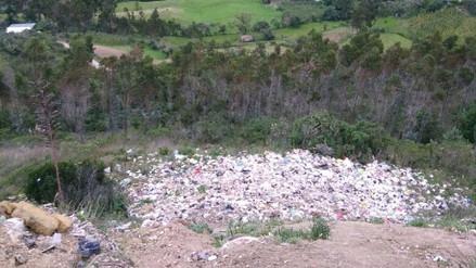 Campos de cultivos son utilizados como botaderos de basura
