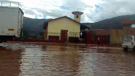 Viviendas quedaron inundadas por colapso de tubería matriz