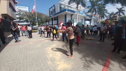 Manifestantes arrojan azúcar en frontis de Corte de Lambayeque