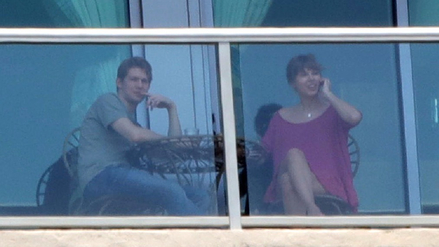 Fotografían a Taylor Swift y Joe Alwyn en un balcón