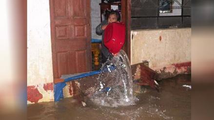 Viviendas se inundan por desborde de canal de regadío en Cañete