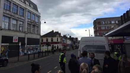 Un hombre armado con un cuchillo tomó rehenes en una oficina de Newcastle