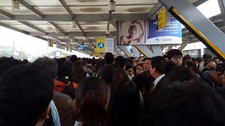 Pasajeros reportan largas colas en estaciones del Metropolitano
