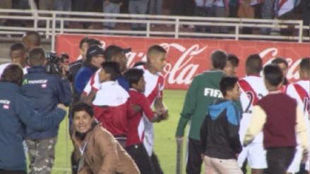 Hinchas se metieron a la cancha de la UNSA para saludar a Paolo Guerrero