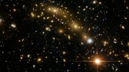 El alineamiento de galaxias masivas data de hace 10.000 millones de años