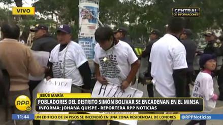 Pobladores de Pasco se encadenaron frente a la sede del Ministerio de Salud