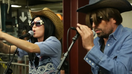 Youtube | Miley Cyrus y Jimmy Fallon cantan en el metro de Nueva York