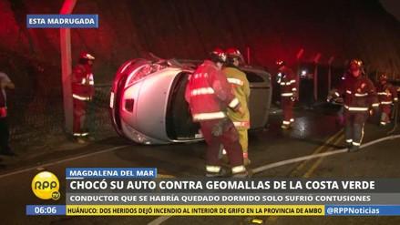 Un automóvil fuera de control derribó tres postes en la Costa Verde