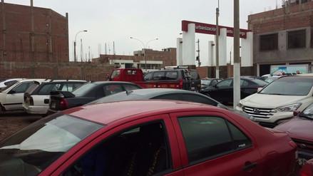 Reportan vehículos mal estacionados en diversas zonas de Lima