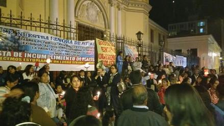 Padres y alumnas de colegio emblemático realizan vigilia en la Catedral de Piura