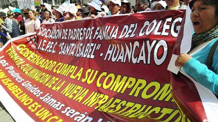 Huancayo: más de mil padres marchan por entrega de colegio