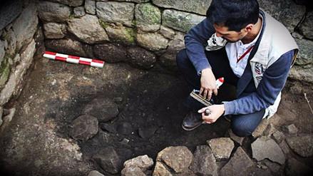 Arqueólogos descubrieron una vasija inca y un piso de piedra en Machu Picchu